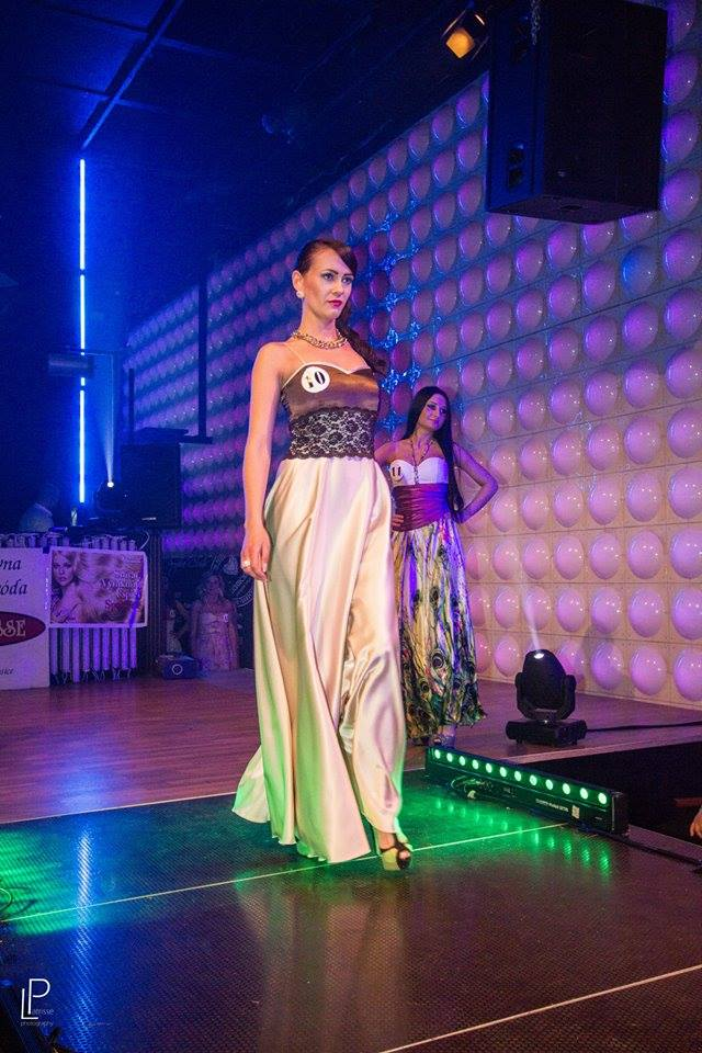 http://www.tinakreativ.sk/wp-content/uploads/2015/12/Dlhé-saténové-šaty-s-krajkou.jpg