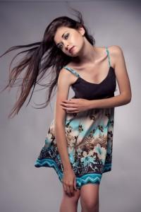Letné šaty s kruhovou aplikáciou na sukni