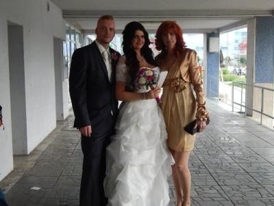 Zlaté spoločenské šaty pre svadobnú mamku