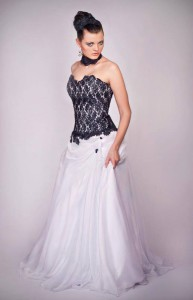 Svadobné šaty s modrou krajkou